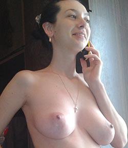 sexy frau beim dirty talk am telefon